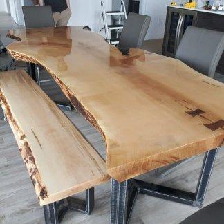 Une table avec deux bancs live edge